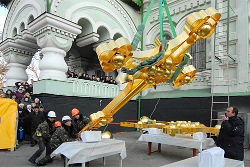 Для того чтобы собор засиял, как прежде, необходимо потратить 7 килограммов золота и отреставрировать не только купола, но и всю кровлю и фасады. Половина работ почти сделана.
